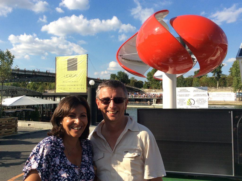 Anne Hidalgo et Patrick Chevallier posent devant l'éolienne Vertéole GV